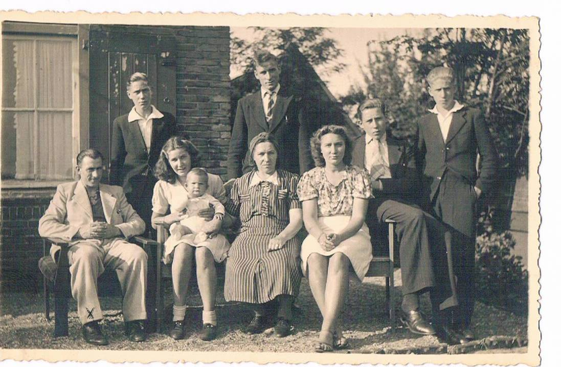 Zanoli family 1942: Jans sitting in middle between her 4 sons, two daughters, a son in law and a grandchild