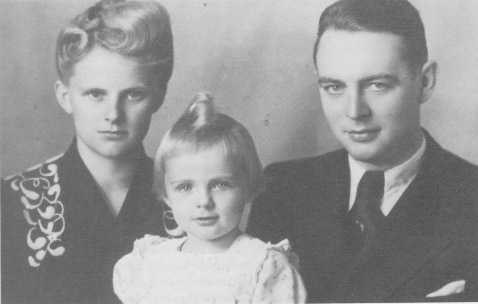 Berthold and Else Beitz with their daughter Barbara, 1942 in Boryslaw. The photography stems from the Jewish Photographer Holzmann.