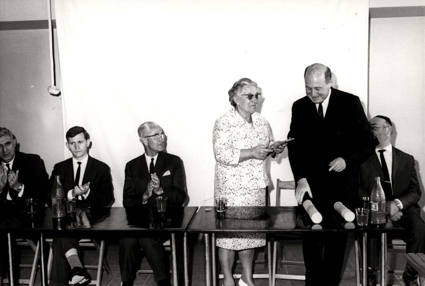 Wijsmuller Gertud receives her Certificate of Honor. Yad Vashem. 13.04.1967